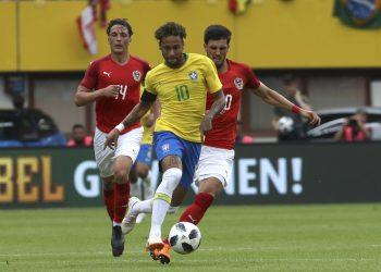 Neymar (C) fights for the ball with Austria's Julian Baumgartlinger (L) and Florian Grillitsch during their friendly match at the Ernst Happel Stadium, Sunday