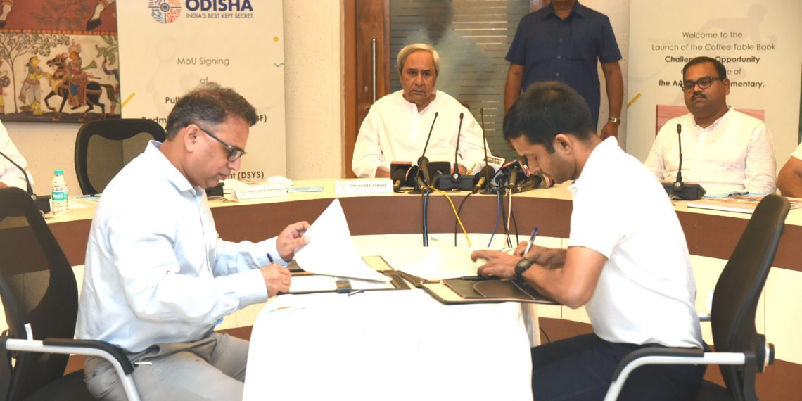 Pullela Gopichand (R) and sports secretary Vishal Dev (L) sign the MoU as Odisha CM Naveen Patnaik (C) and sports minister Chandra Sarathi Behera (R) look on as at Secretariat in Bhubaneswar, Friday