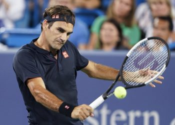 Roger Federer returns to Stan Wawrinka during the quarterfinals of the Cincinnati Masters tennis tournament