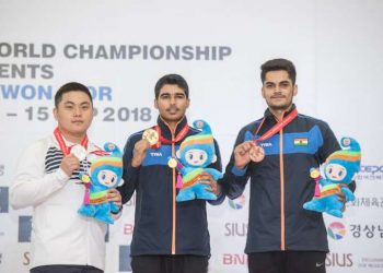 Saurabh Chaudhary (C) poses with his gold medal flanked by Korean Hojin Lim (left) and Arjun Singh Cheema (bronze)