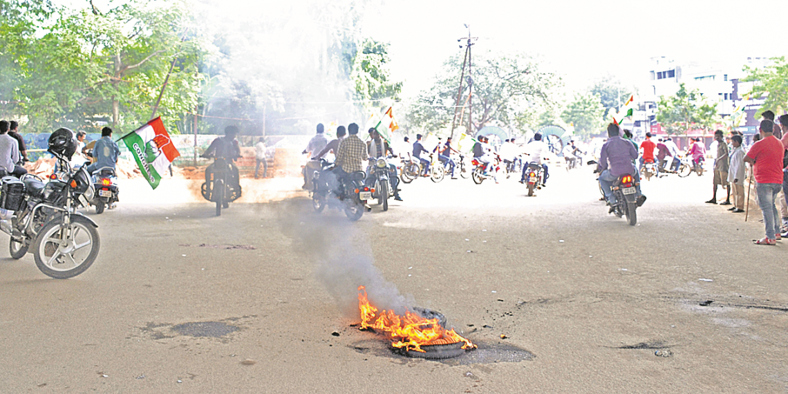 Supporters of Bharat Bandh burn tyres on a thoroughfare in Rajmahal area in the capital city Monday. Photo: Manoranjan Mishra