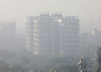 A residential building is shrouded in smog in New Delhi, India, December 25, 2018. (REUTERS)