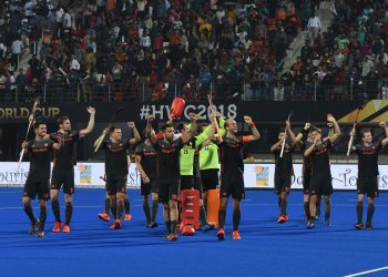 Netherlands players thank the spectators after their match against Malaysia at the Kalinga Stadium in Bhubaneswar, Saturday